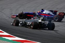 Ромен Грожан, Haas F1 Team VF-17 (прокол), и Даниил Квят, Scuderia Toro Rosso STR12 (разворот)