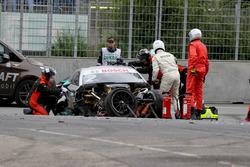 De wagen van Gary Paffett, Mercedes-AMG Team HWA, Mercedes-AMG C63 DTM na de crash