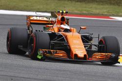 Stoffel Vandoorne, McLaren MCL32, avec de la peinture flow-vis sur les dérives latérales de l'aileron avant