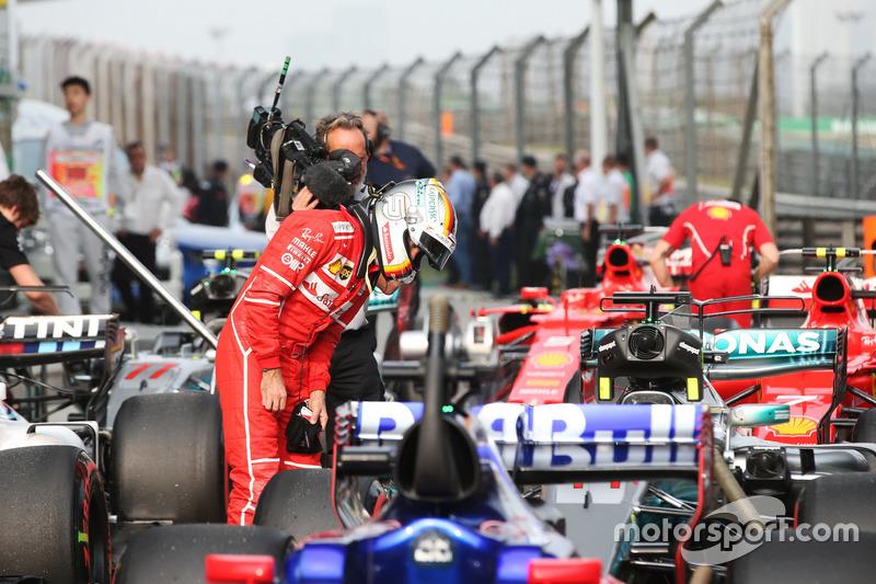 Sebastian Vettel, Ferrari, begutachtet den Mercedes F1 W08