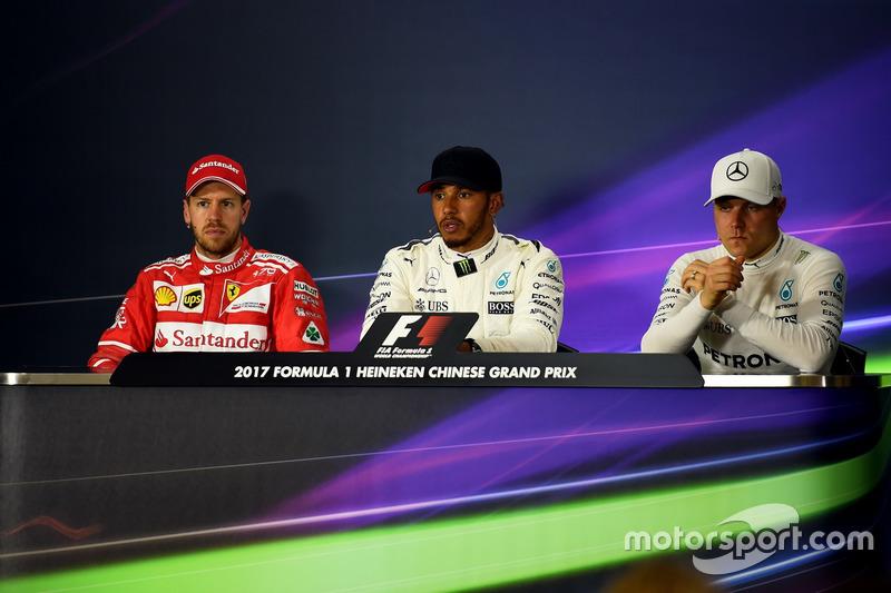Sebastian Vettel, Ferrari, Lewis Hamilton, Mercedes AMG F1 e Valtteri Bottas, Mercedes AMG F1 nella conferenza stampa