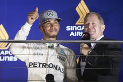 Lewis Hamilton, Mercedes AMG F1 W07 Hybrid con Martin Brundle