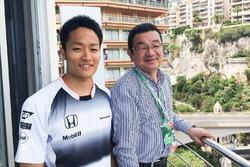 第1コーナーを見下ろすベランダからF1レースを観戦する八郷隆弘社長と、前日のGP2レースで勝利してモナコに日の丸を揚げた松下信治