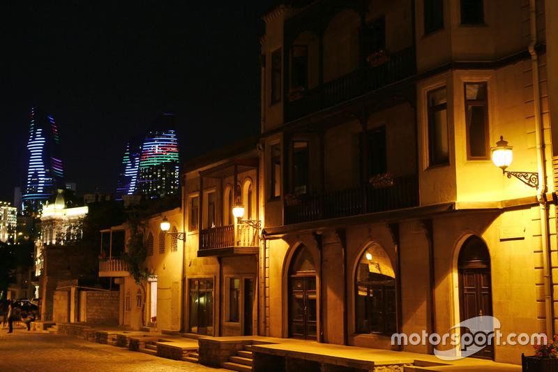 La ciudad de Bakú de noche