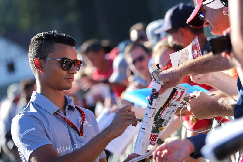 Pascal Wehrlein, Manor Racing schreibt Autogramme für die Fans