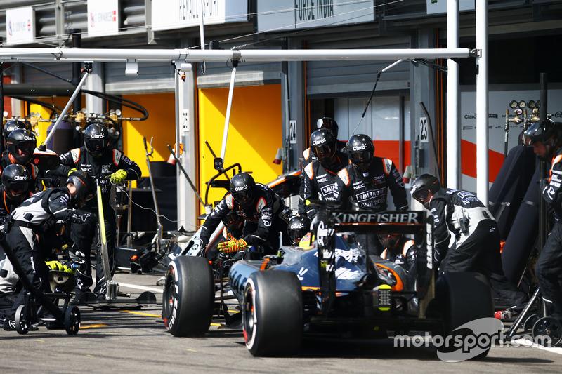 Sergio Perez, Sahara Force India F1 VJM09 makes a pit stop