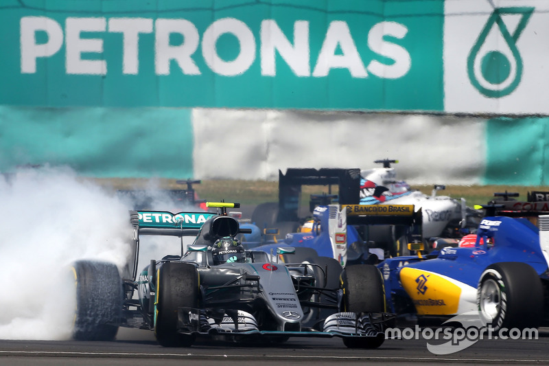 Nico Rosberg, Mercedes AMG F1 W07 Hybrid recovers from contact at the start of the race