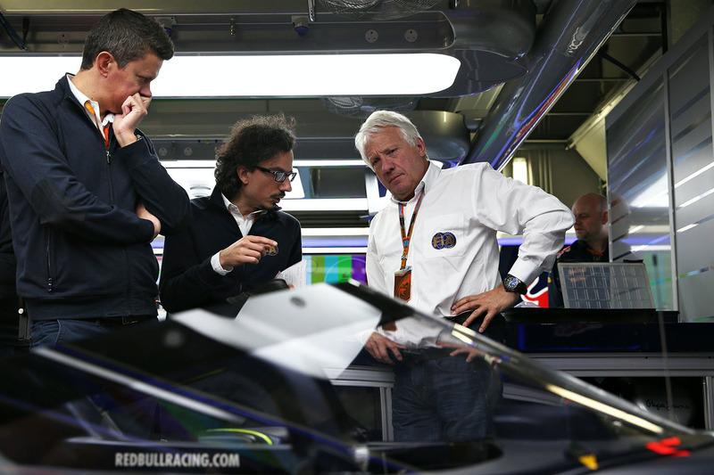 Charlie Whiting, FIA Delegate inspecteert het Red Bull Racing RB12 aeroscreen