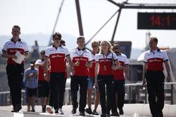 Charles Leclerc, Sauber parcourt la piste à pied avec Xevi Pujolar, ingénieur de piste en chef Sauber et Ruth Buscombe, stratégiste Sauber