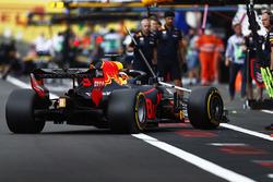 Daniel Ricciardo, Red Bull Racing RB14, returns to the pits