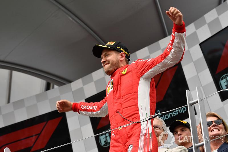 Il vincitore della gara Sebastian Vettel, Ferrari, festeggia sul podio