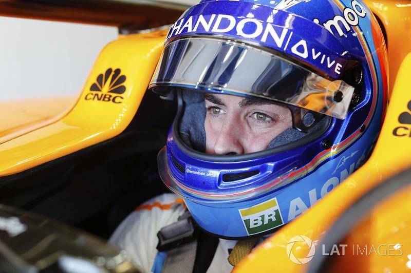 Fernando Alonso, McLaren, nell'abitacolo della sua monoposto con la visiera alzata