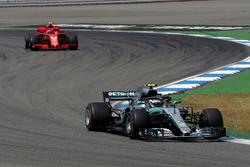 Valtteri Bottas, Mercedes-AMG F1 W09 en Kimi Raikkonen, Ferrari SF71H