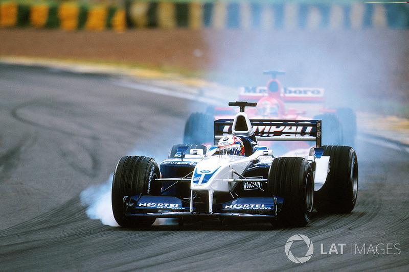 Juan Pablo Montoya delante de Michael Schumacher