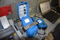 Strumentazione per la verifica dell'olio lubrificante dei mezzi in gara alla Dakar nel laboratorio Motul