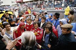I piloti al briefing pre gara: Carlos Pace, Niki Lauda, John Watson, Jochen Mass, Emerson Fittipaldi, Vittorio Brambilla, Tom Pryce e Jean-Pierre Jarier