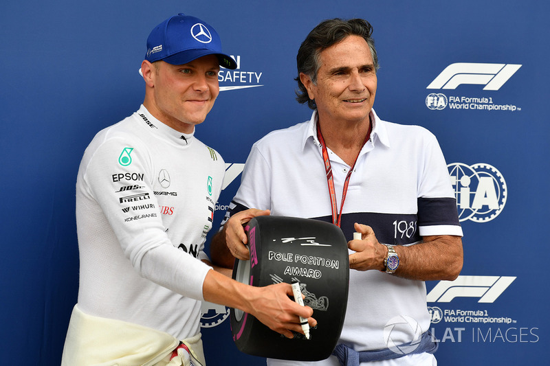 Il poleman Valtteri Bottas, Mercedes AMG F1 riceve il Pirelli Pole Position Award da Nelson Piquet