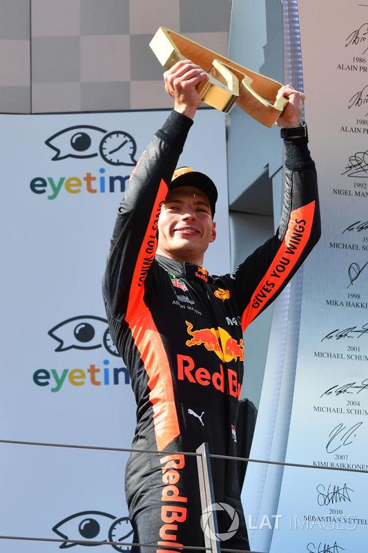 Le vainqueur Max Verstappen, Red Bull Racing sur le podium avec son trophée