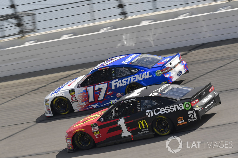 Jamie McMurray, Chip Ganassi Racing, Chevrolet Camaro McDonald's/Cessna, Ricky Stenhouse Jr., Roush Fenway Racing, Ford Fusion Fastenal