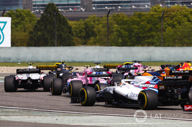 Kevin Magnussen, Haas F1 Team VF-18 Ferrari, Esteban Ocon, Force India VJM11 Mercedes, and Sergey Sirotkin, Williams FW41 Mercedes, in the middle of the pack at the start of the race