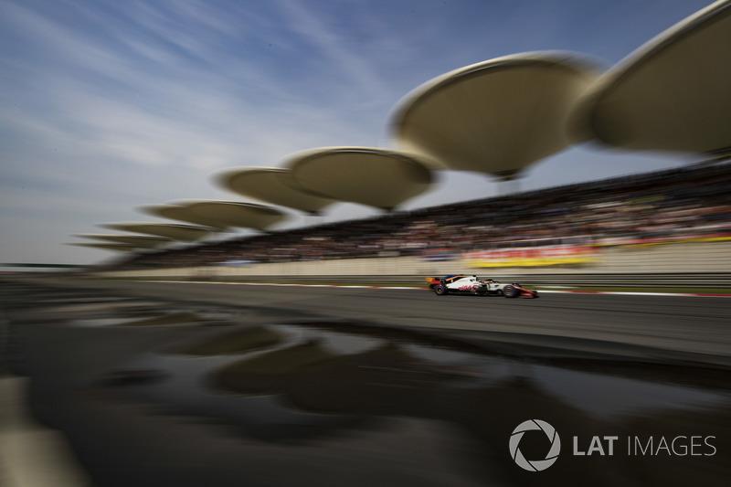 Romain Grosjean, Haas F1 Team VF-18 Ferrari, en lutte avec Fernando Alonso, McLaren MCL33 Renault