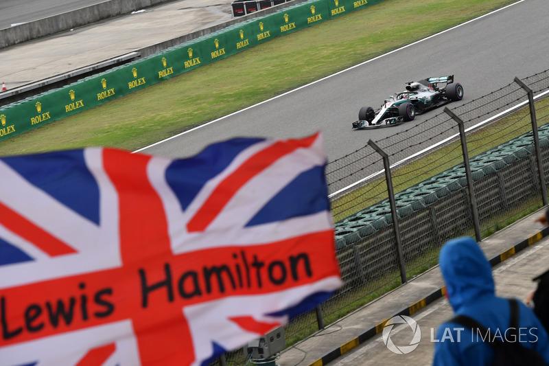 Lewis Hamilton, Mercedes-AMG F1 W09 EQ Power y bandera de la Unión