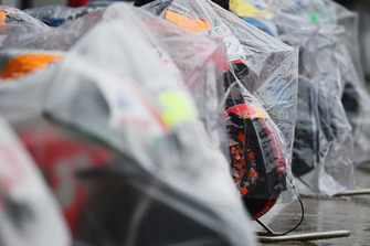 https://cdn-6.motorsport.com/images/mgl/2Gz13JK0/s9/bikes-are-covered-as-rain-fall.jpg