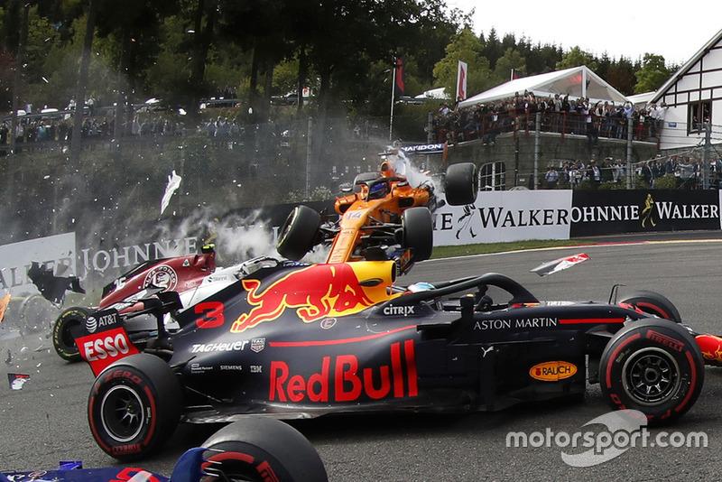 Choque de Fernando Alonso, McLaren MCL33 al inicio