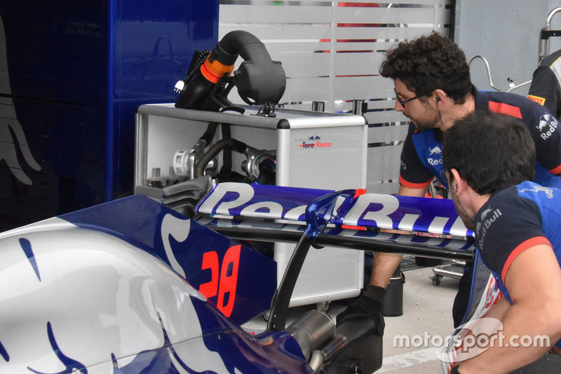 Toro Rosso rear wing technical detail