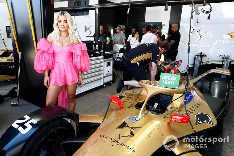 La cantante Rita Ora en el garaje TECHEETAH.
