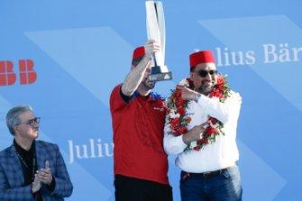 Dilbagh Gill, CEO de Mahindra Racing, celebra la victoria con el trofeo de constructores