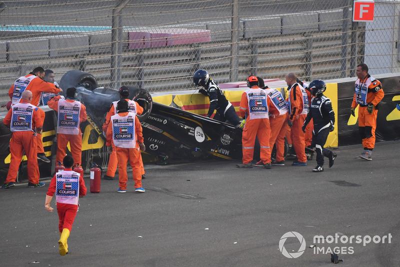 El equipo médico asiste a Nico Hulkenberg, Renault Sport F1 Team R.S. 18 después de estrellarse y volcar en la primera vuelta