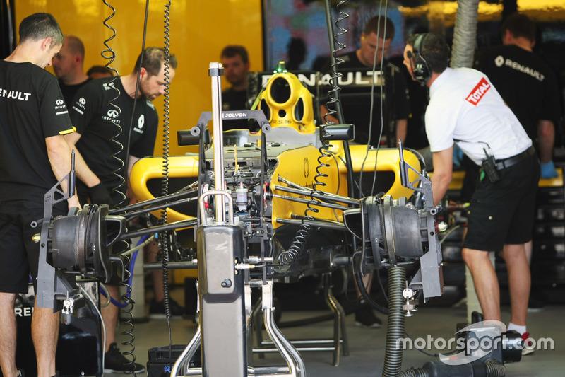 Renault Sport F1 Team RS16, підготовка піт-гаражу