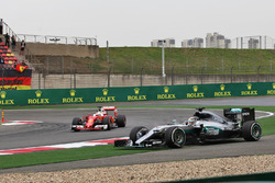 Льюис Хэмилтон, Mercedes AMG F1 W07 Hybrid выехал за пределы трассы, а Себастьян Феттель, Ferrari SF