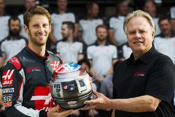 Romain Grosjean y Gene Haas con un casco conmemorativo