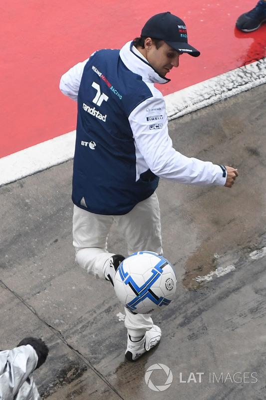 Felipe Massa, Williams plays football in pit lane