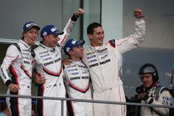 Подіум: переможці #2 Porsche Team Porsche 919 Hybrid: Тімо Бернхард, Ерл Бембер, Брендон Хартлі