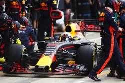 Daniel Ricciardo, Red Bull Racing RB13, pit sto