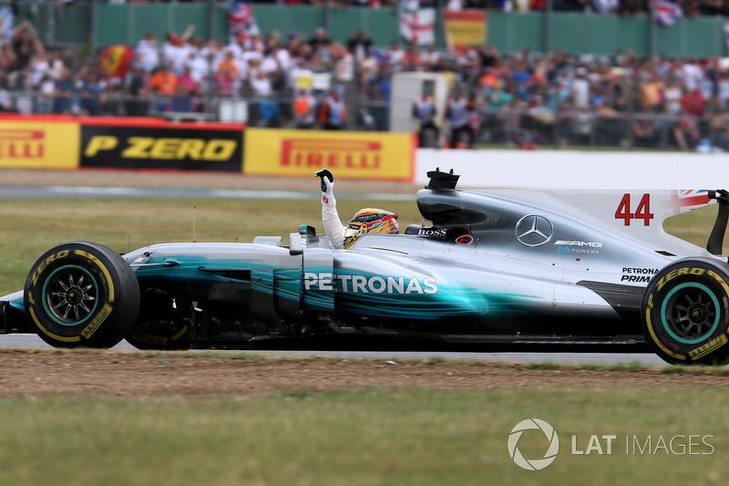 Ganador de la carrera Lewis Hamilton, Mercedes-Benz F1 W08 celebra el final de la carrera