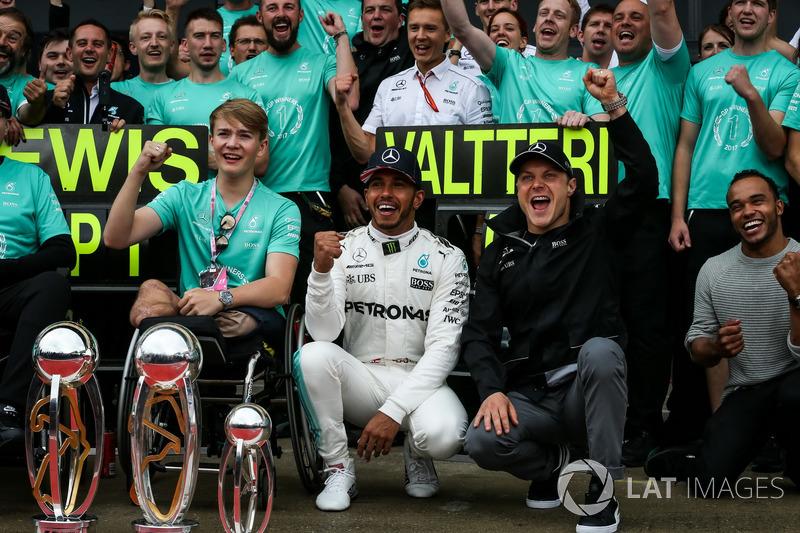 Race winner Lewis Hamilton, Mercedes AMG F1 celebrates with his brother Nicolas Hamilton, Valtteri Bottas, Mercedes AMG F1, Billy Monger and the team