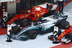 Ganador de la carrera Valtteri Bottas, Mercedes AMG F1 W08, estaciona entre Kimi Raikkonen, Ferrari SF70H y Sebastian Vettel, Ferrari SF70H