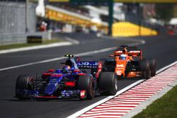 Carlos Sainz Jr., Scuderia Toro Rosso STR12, Fernando Alonso, McLaren MCL32