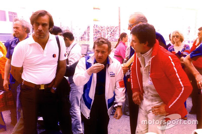 Giorgio Piola, Alan Rees, Shadow Racing director del equipo y Riccardo Patrese en 1977