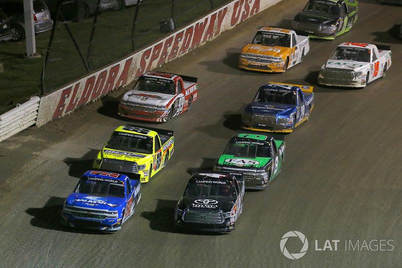 Christopher Bell, Kyle Busch Motorsports Toyota y Stewart Friesen, Elaine Larsen Motorsports Chevrolet