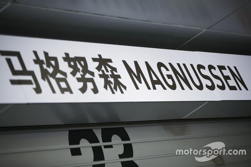 Schrfitzug mit chinesischen Schriftzeichen: Kevin Magnussen, Haas F1 Team