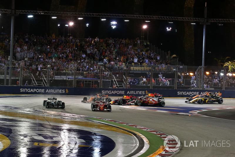 Sebastian Vettel, Ferrari SF70H al comando mentre Max Verstappen, Red Bull Racing RB13 e Kimi Raikko