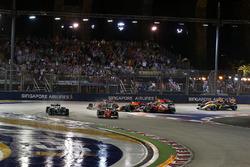 Sebastian Vettel, Ferrari SF70H en tête alors que Max Verstappen, Red Bull Racing RB13 et Kimi Raikkonen, Ferrari SF70H s'accidentent