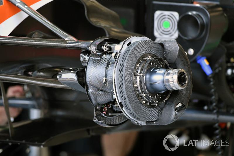 Передні гальма та кріплення колеса McLaren MCL32