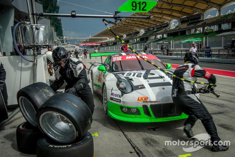 Pit stop; #912 Manthey Racing Porsche 911 GT3R: Frédéric Makowiecki, Richard Lietz, Michael Christensen