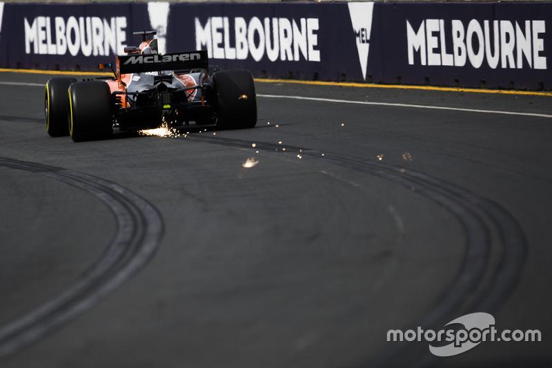 Fernando Alonso, McLaren MCL32, mit Funkenflug